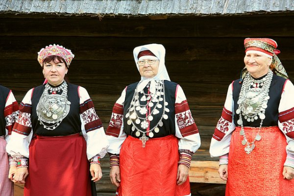 Indigenous Seto women in traditional costumes